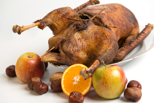 roast goose with chestnuts,apples and orangeの写真素材 [FYI00670629]