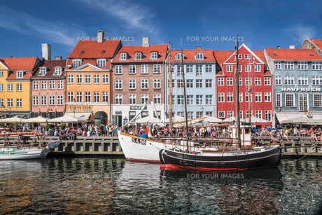 old boats and colorful houses in nyhavn in copenhagenの素材 [FYI00670705]