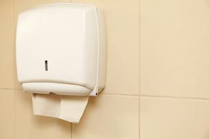 paper towel dispenser in the bathroomの素材 [FYI00670811]