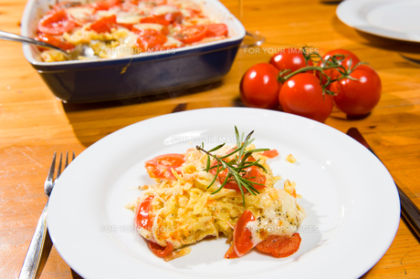 casserole with tomatoes and cheeseの写真素材 [FYI00671049]