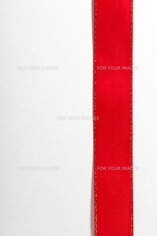 shiny red ribbon on white background with copy space.の写真素材 [FYI00671217]