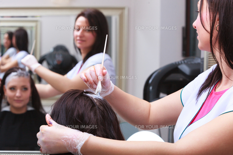 woman dying hair in hairdressing beauty salon. by hairstylist.の素材 [FYI00671352]