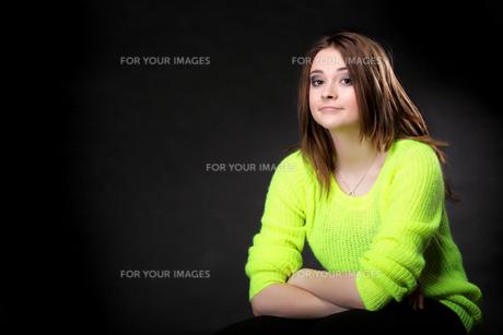 attractive girl in bright vivid color sweaterの写真素材 [FYI00671595]