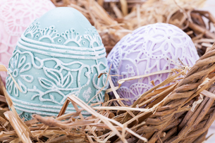 bright delicate decorated eggs for easter with festive flower spring property detailsの写真素材 [FYI00671841]