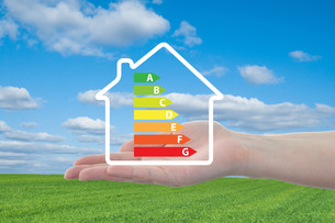 house and energy efficiency graph on handの写真素材 [FYI00672761]