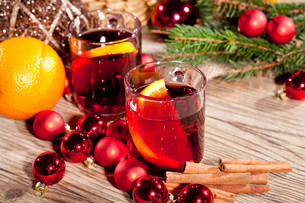 hot aromatic hot wine punch with oranges and cinnamonの写真素材 [FYI00673130]