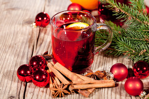 hot aromatic mulled wine punch with orange and cinnamonの写真素材 [FYI00673131]