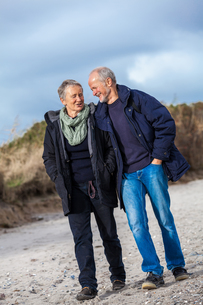 walk senior adult senior couple on beachの写真素材 [FYI00673182]