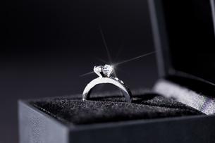 beautiful modern elegant silver ring in a boxの写真素材 [FYI00673207]