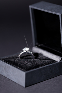 beautiful modern elegant silver ring in a boxの写真素材 [FYI00673214]