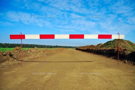 blocked road construction siteの写真素材 [FYI00673425]