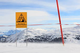 danger sign on the top of the alpsの写真素材 [FYI00673525]
