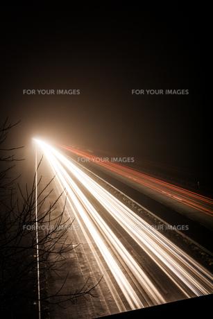 highway in the darkの写真素材 [FYI00673797]