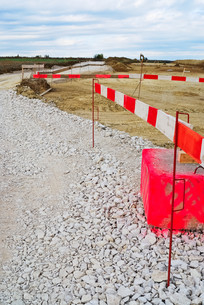 hedging and way on construction siteの写真素材 [FYI00673809]