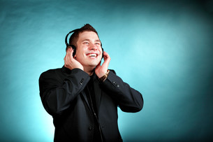 young man with headphones listening to musicの写真素材 [FYI00674004]