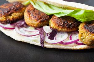 falafel sandwich with lettuceの写真素材 [FYI00674586]