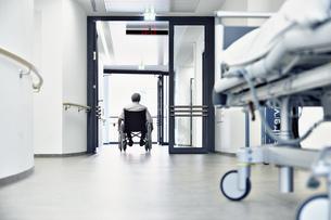 hospital corridor wheelchair bedの写真素材 [FYI00674825]