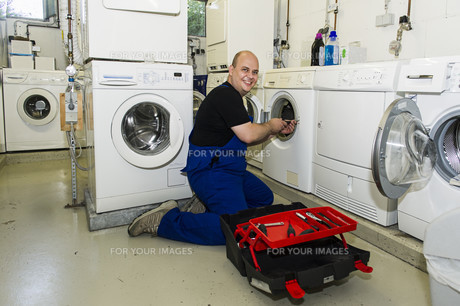 technician repairs a washing machineの写真素材 [FYI00674965]