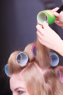 female blond hair curlers head rollers hairdresser beauty salonの写真素材 [FYI00675143]