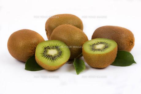 fresh kiwi with half and leavesの写真素材 [FYI00675983]