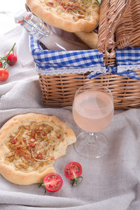 onion tart and federweisser (nouveau)の写真素材 [FYI00676177]