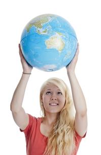 woman holding globeの写真素材 [FYI00676444]