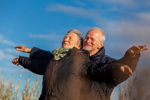 older senior couple laughing happily in leisure holidaysの写真素材 [FYI00677111]