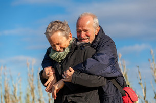 older senior couple laughing happily in leisure holidaysの写真素材 [FYI00677113]