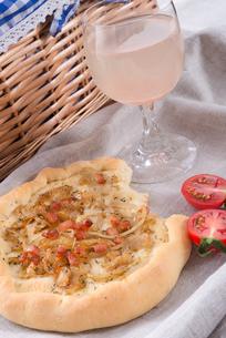 onion tart and federweisser (nouveau)の写真素材 [FYI00677292]