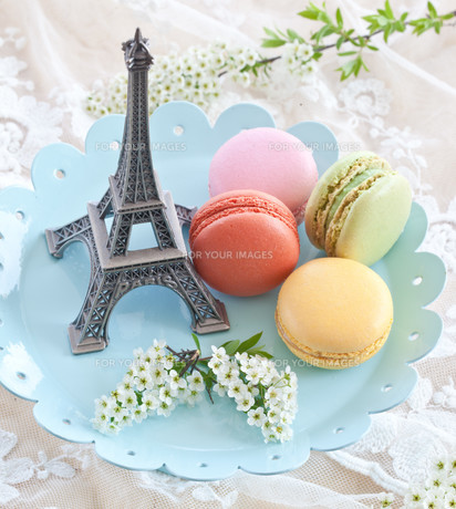 colorful macaraons on blue plateの素材 [FYI00677741]