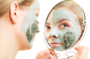skin care. woman in clay mud mask on face. beauty.の写真素材 [FYI00679155]