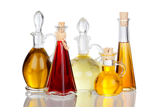 different edible oils into bottles mirroredの写真素材 [FYI00679198]