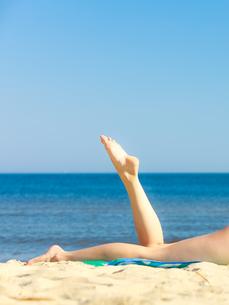 summer vacation. legs of girl sunbathing on beachの写真素材 [FYI00679330]
