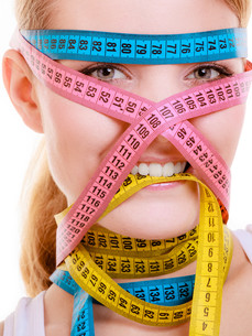 obsessed sports fit woman with measure tapes. time for slimming diets.の写真素材 [FYI00680027]