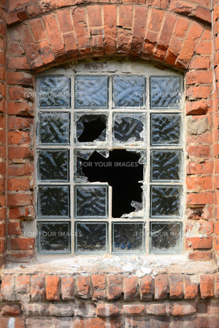 destroyed window in a disused factoryの素材 [FYI00680872]