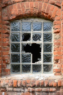 destroyed window in a disused factoryの写真素材 [FYI00680872]