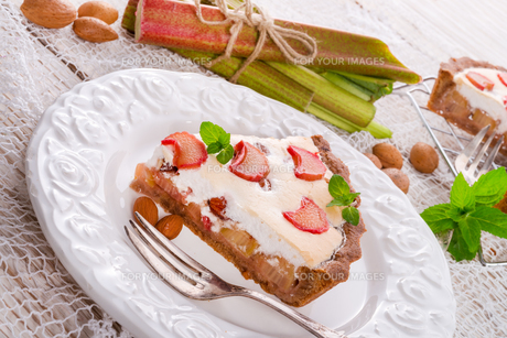 rhubarb cakes with meringue and almondsの素材 [FYI00680976]