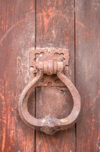 old door knocker in cagnes-sur-merの写真素材 [FYI00681330]