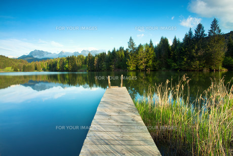mountain lake in the alpsの写真素材 [FYI00681360]