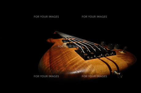 bass guitar close blackの素材 [FYI00681623]