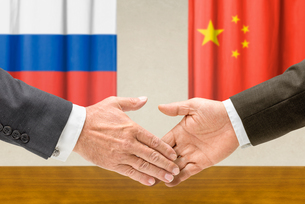 representatives of russia and china join handsの写真素材 [FYI00681692]