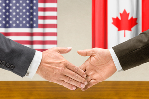 representatives of the united states and canada join handsの写真素材 [FYI00681697]