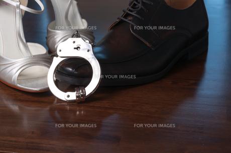 hochzeit_mit-handcuffsの写真素材 [FYI00682430]