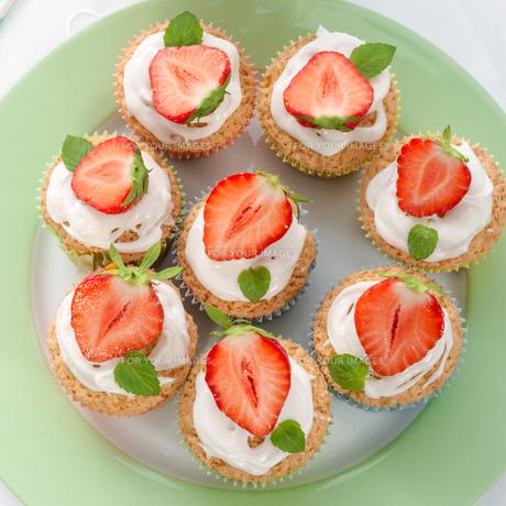 strawberry muffinsの写真素材 [FYI00682475]