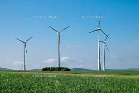 wind turbines and blue skyの素材 [FYI00682927]