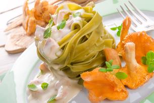 tagliatelle con spinaci ,with chanterellesの写真素材 [FYI00683030]