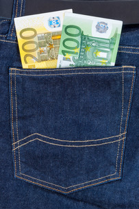 euro banknotes in jeans pocketの写真素材 [FYI00683258]