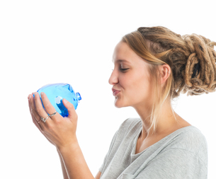 blond girl holding a piggy bankの写真素材 [FYI00683325]
