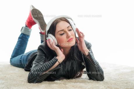 racial woman with headset enjoys musicの写真素材 [FYI00683373]