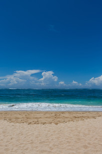 beautiful lonely sandy beach in the caribbean with white sand and blue skyの写真素材 [FYI00683420]